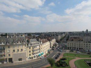 Altro panorama dal castello in direzione Est. Si intravede il canale de Caen à la mer, il quale scorre dal capoluogo a Ouistreham e che ebbe un ruolo fondamentale nei primissimi combattimenti dopo lo sbarco.