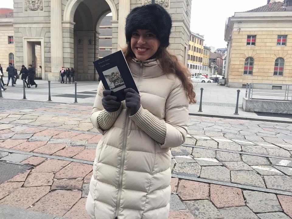 Non solo Cagliari, sconosciuta riceve un libro in dono davanti a Porta Garibaldi (Milano)